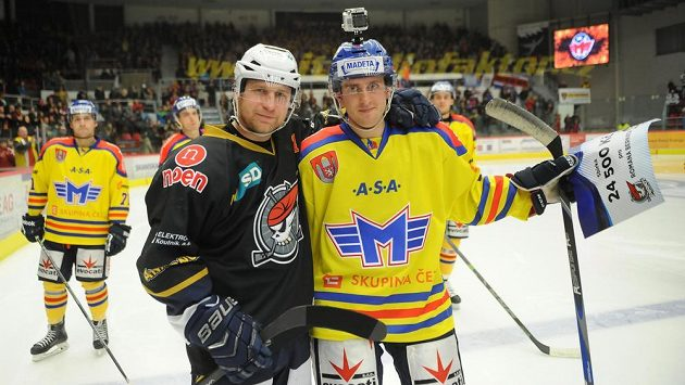 Štěpán Hřebejk z Chomutova (vlevo) a Roman Bernat, který za České Budějovice nastoupil na jeden zápas.