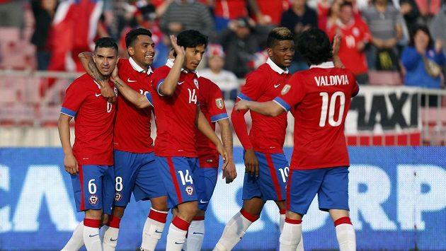 Fotbalisté Chile slaví branku do sítě Paraguaye během přátelského zápasu.