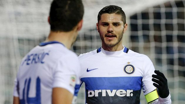 Útočník Interu Milán Mauro Icardi (vpravo) slaví se spoluhráčem Ivanem Perišičem gól na hřišti Empoli.