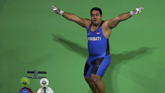 David Katoatau z Kiribati tančí.