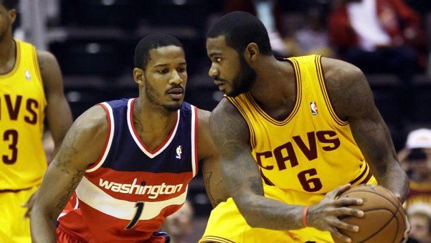 Earl Clark (vpravo) bojuje s Trevorem Arizou z Wizards.