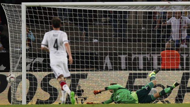 Německý brankář Ron-Robert Zieler inkasuje gól z kopačky Američana Bobbyho Wooda (není na snímku).