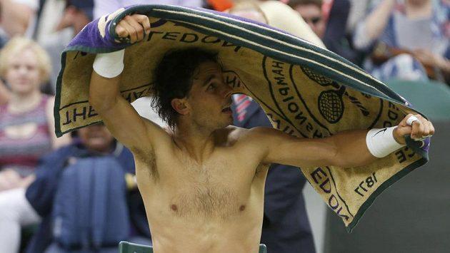 Rafael Nadal není při nesportovním dění na kurtu zrovna nejrychlejší.