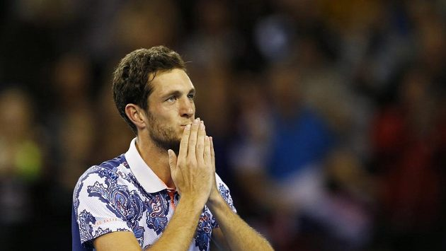 Britský tenista James Ward se raduje z vítězství nad Johnem Isnerem.