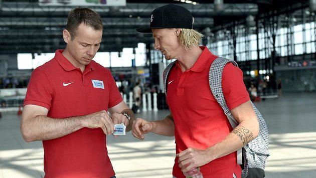 Tyčkař Michal Balner (vpravo) se před odletem do Pekingu zdraví se svazovým ředitelem Tomášem Janků..