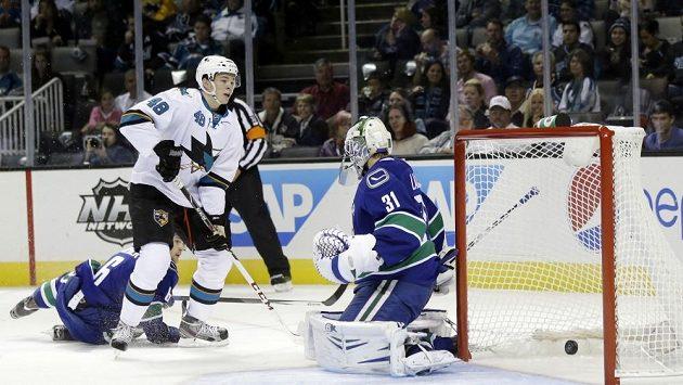 Tomáš Hertl střílí gól do sítě Vancouveru.