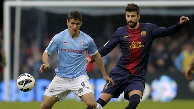 Mario Bermejo ze Celty Vigo (vlevo) si kryje míč před Gerardem Piqué z Barcelony.