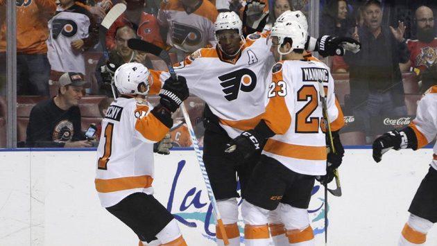 Hokejisté Philadelphia Flyers Wayne Simmonds (uprostřed), Travis Konecny (vlevo) a Brandon Manning slaví gól proti Floridě.