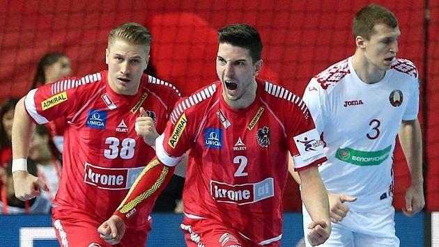Rakouský házenkář Alexander Hermann (uprostřed) se raduje z gólu v duelu ME proti Bělorusku.