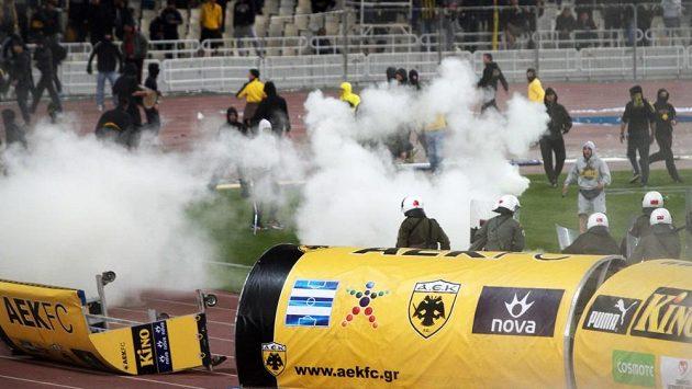 Fanoušky na trávníku museli policisté rozhánět slzným plynem.