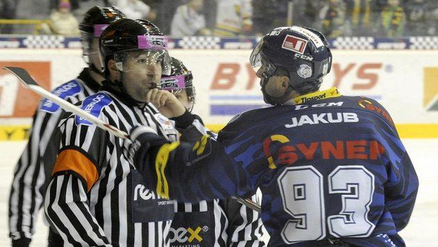 Liberecký Petr Nedvěd (vpravo) byl za nesportovní chování v utkání v Litvínovu v první třetině vyloučen do konce utkání.