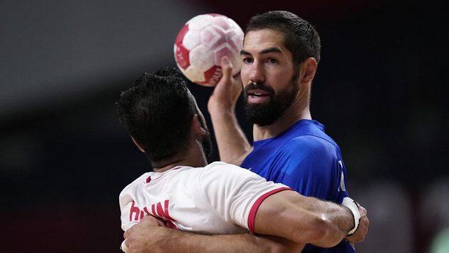 Francouz Nikola Karabatic (v modrém) a Husain Alsayyad z Bahrajnu.