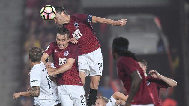 Sparťanský útočník David Lafata střílí hlavou gól v utkání proti Slovácku.