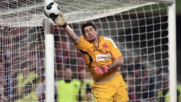 Brankář Slavie Praha Karel Hrubeš zasahuje v utkání se Spartou.