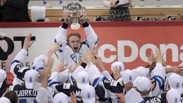 Kapitán finské reprezentace 20 let Mikko Rantanen slaví s pohárem pro mistry světa.