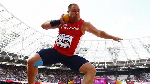 Český koulař Tomáš Staněk při svém prvním pokusu v kvalifikaci MS v atletice.
