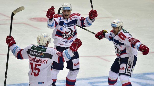 Zleva Marek Trončinský, Petr Sýkora a autor druhého gólu Pardubic Tomáš Rolinek se radují v utkání na ledě Sparty.