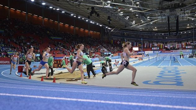 Česká atletka Denisa Rosolová (druhá z prava) v rozběhu na 400m na ME v Göteborgu.