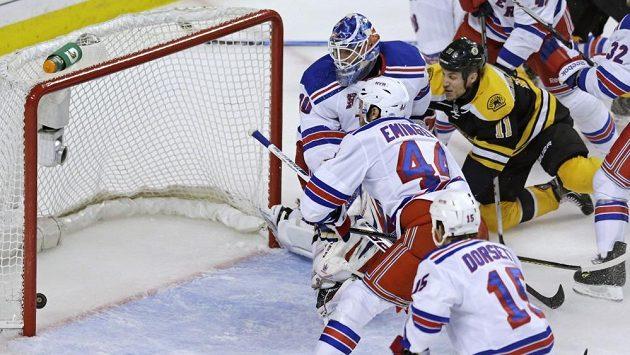 Gregory Campbell střílí gól do sítě Rangers.