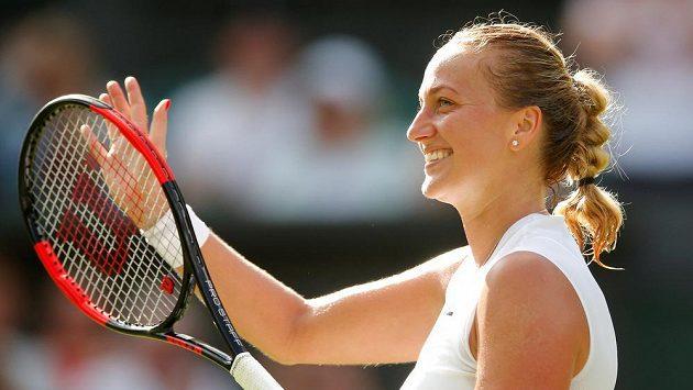 Petra Kvitová se raduje z vítězství v prvním kole Wimbledonu.