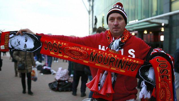 Fanoušci Manchesteru United si před zápasem s Chelsea mohli zakoupit klubovou šálu s podobiznou Josého Mourinha.