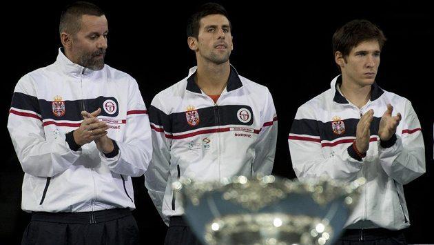 Poražený srbský tým, zleva kapitán Bogdan Obradovič, Novak Djokovič a Dušan Lajovič.