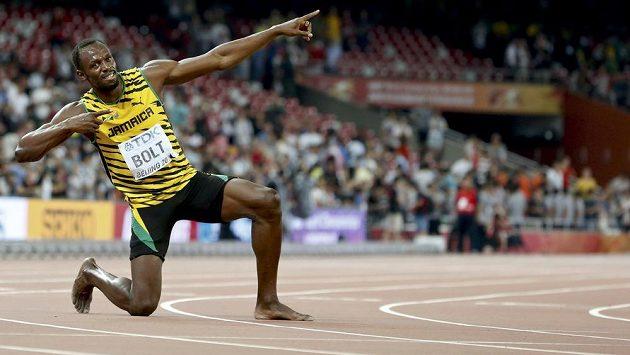 Typická póza Usaina Bolta. Justina Gatlina v Pekingu porazil i na trati 200 metrů.