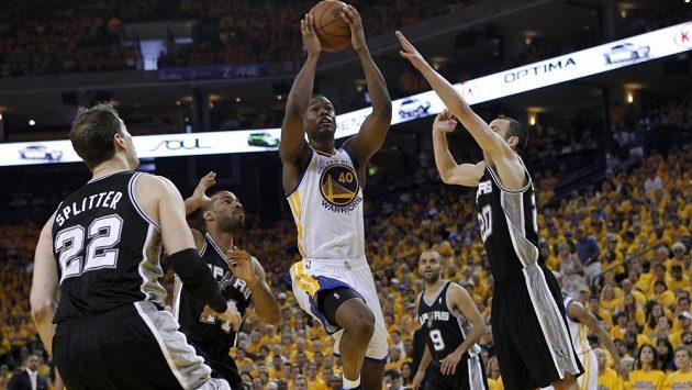 Basketbalista Golden State Harrison Barnes (v bílém dresu) střílí koš v utkání proti San Antoniu. Zleva přihlížejí hráči Spurs Tiago Splitter, Gary Neal, Manu Ginobili a Tony Parker.