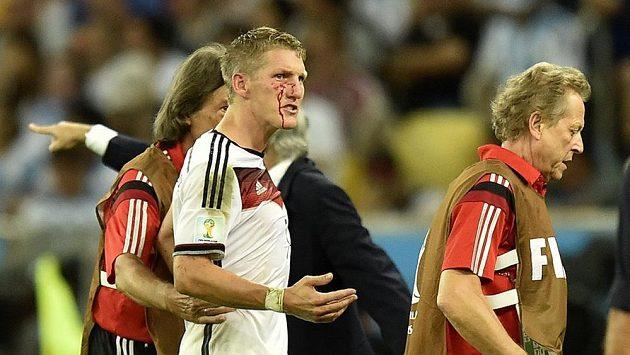 Bastian Schweinsteiger utržil v závěru finále MS krvavé zranění.