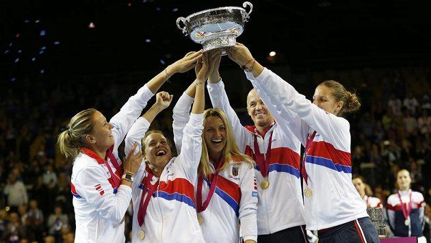 České tenistky slaví vítězství ve Fed Cupu. Zleva Lucie Hradecká, Barbora Strýcová, Petra Kvitová, kapitán PEtr Pála a Karolína Plíšková.