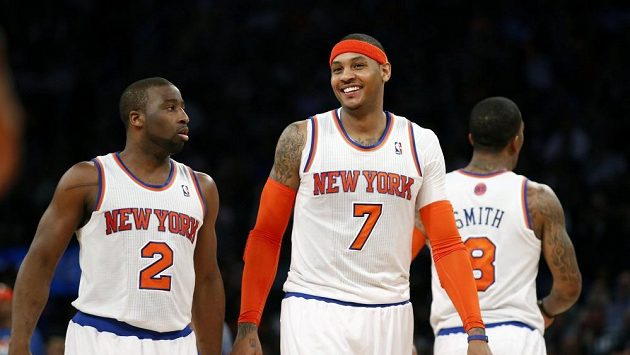 Basketbalisté New Yorku Knicks Carmelo Anthony (vpravo) a Raymond Felton