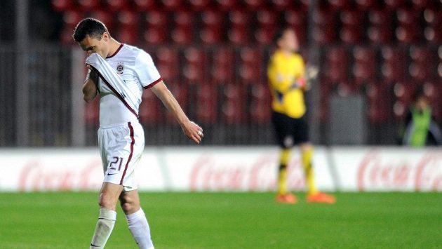 Výloučený útočník Sparty Praha David Lafata odchází ze hřiště během utkání Gambrinus ligy mezi Zbrojovka Brno a AC Sparta Praha.