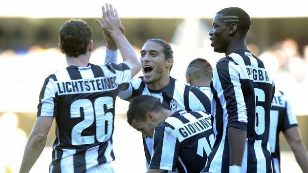 Fotbalisté Juventusu se radují z gólu Stephana Lichtsteinera (vlevo) v Chievu.