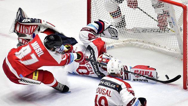 Pavel Musil z Olomouce střílí v prodloužení vítěznou branku.