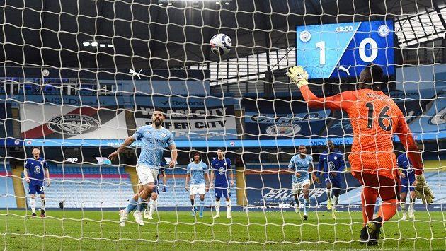 Brankář Chelsea Edouard Mendy (16) chytá penaltu Sergia Agüera v zápase 35. kole Premier League na hřišti Manchesteru City.