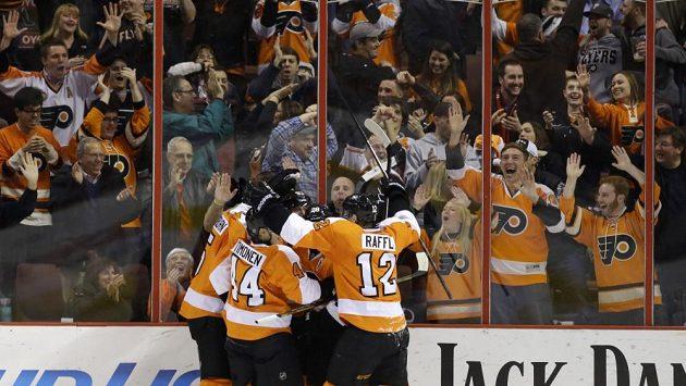 Hokejisté Philadelphie se radují z gólu proti Columbusu.