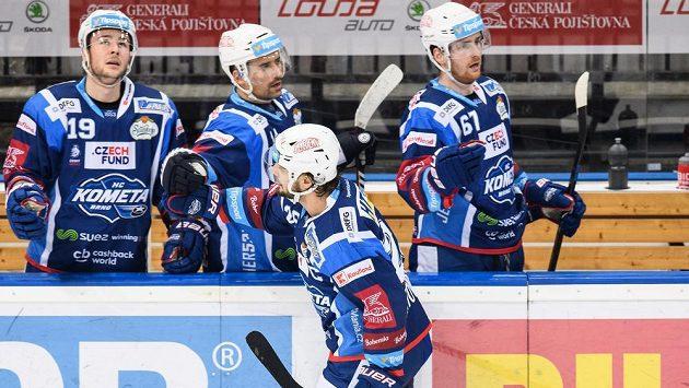 Martin Zaťovič z Brna oslavuje se spoluhráči vstřelený gól.