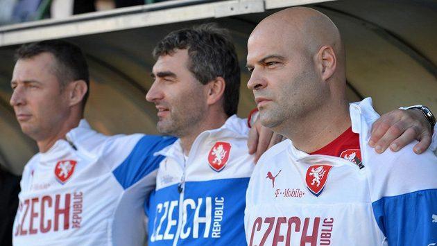Trenér reprezentace do 21 let Jakub Dovalil (vpravo), asistent Jan Suchopárek (uprostřed) a trenér brankářů Petr Kouba.