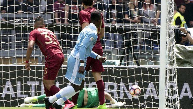 Fotbalista Lazia Keita dává gól v derby s AS Řím.