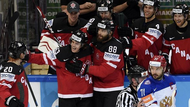 Autor druhého kanadského gólu ve finále s Rusy Tyler Ennis z Kanady (druhý zleva) se raduje se spoluhráči Codym Eakinem (vlevo) a Brentem Burnsem. Vpravo je Ilja Kovalčuk z Ruska.