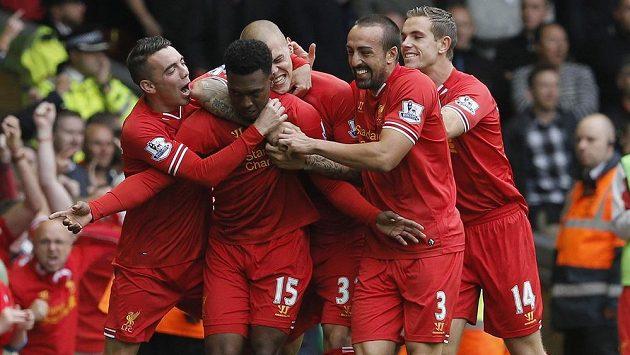 Fotbalisté Liverpoolu se radují z branky Daniela Sturridge (15) proti Manchesteru United.
