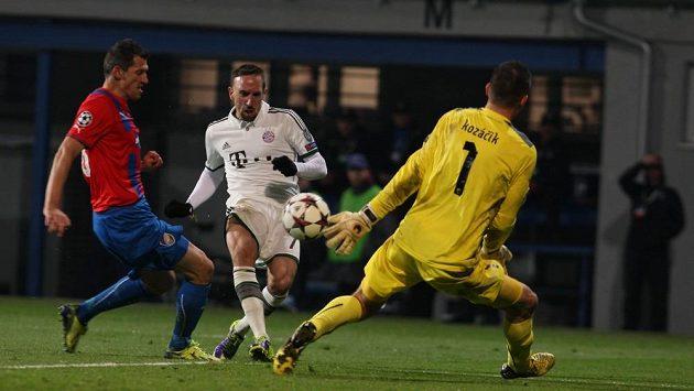 Brankář Plzně Matúš Kozáčik takto zakročil proti střele Francka Ribéryho z Bayernu.