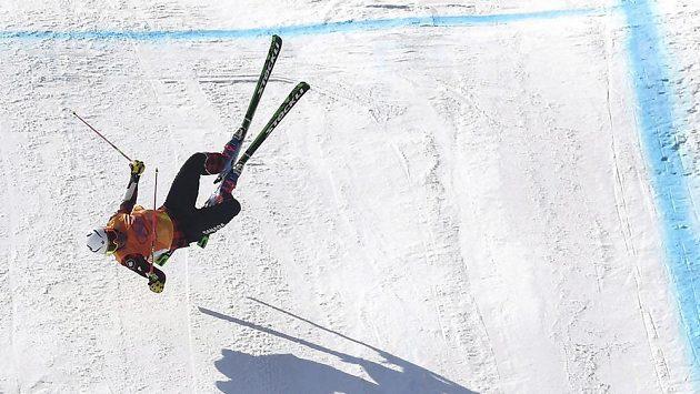 Hrozivý pád kanadského skikrosaře Christophera Del Bosca.