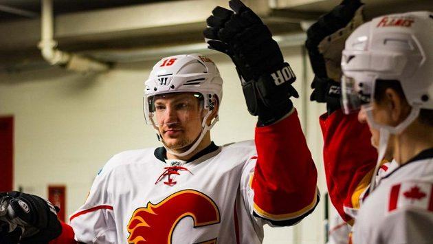 Obránce Calgary Ladislav Šmíd vynechá kvůli zdravotním problémům celý ročník NHL.