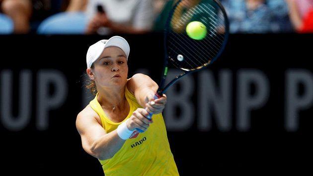 Australanka Ash Bartyová v zápase proti Francouzce Caroline Garciové.