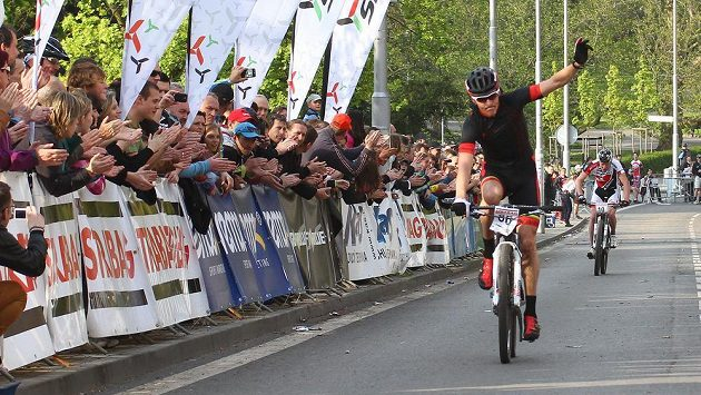 Jaroslav Kulhavý dojíždí do cíle závodu cross country v Teplicích.