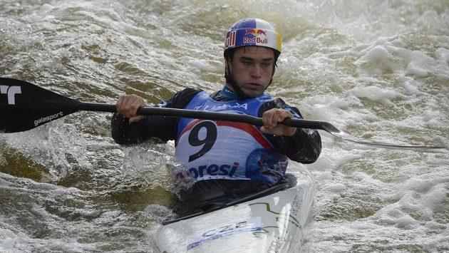 Český vodní slalomář Vavřinec Hradilek během kvalifikace MS ve vodním slalomu v Praze.