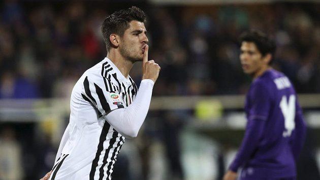 Alvaro Morata z Juventusu jásá po gólu proti Fiorentině.