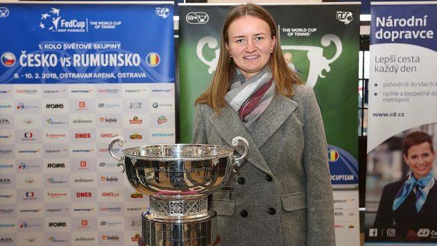Barbora Krejčíková v Ostravě s pohárem, který fedcupový tým vyhrál v loňském roce.