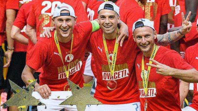 Hotovo, dvacet! Fotbalisté Slavie Praha Jan Bořil, Nicolae Stanciu, Vladimír Coufal slaví zisk titulu po derby se Spartou.
